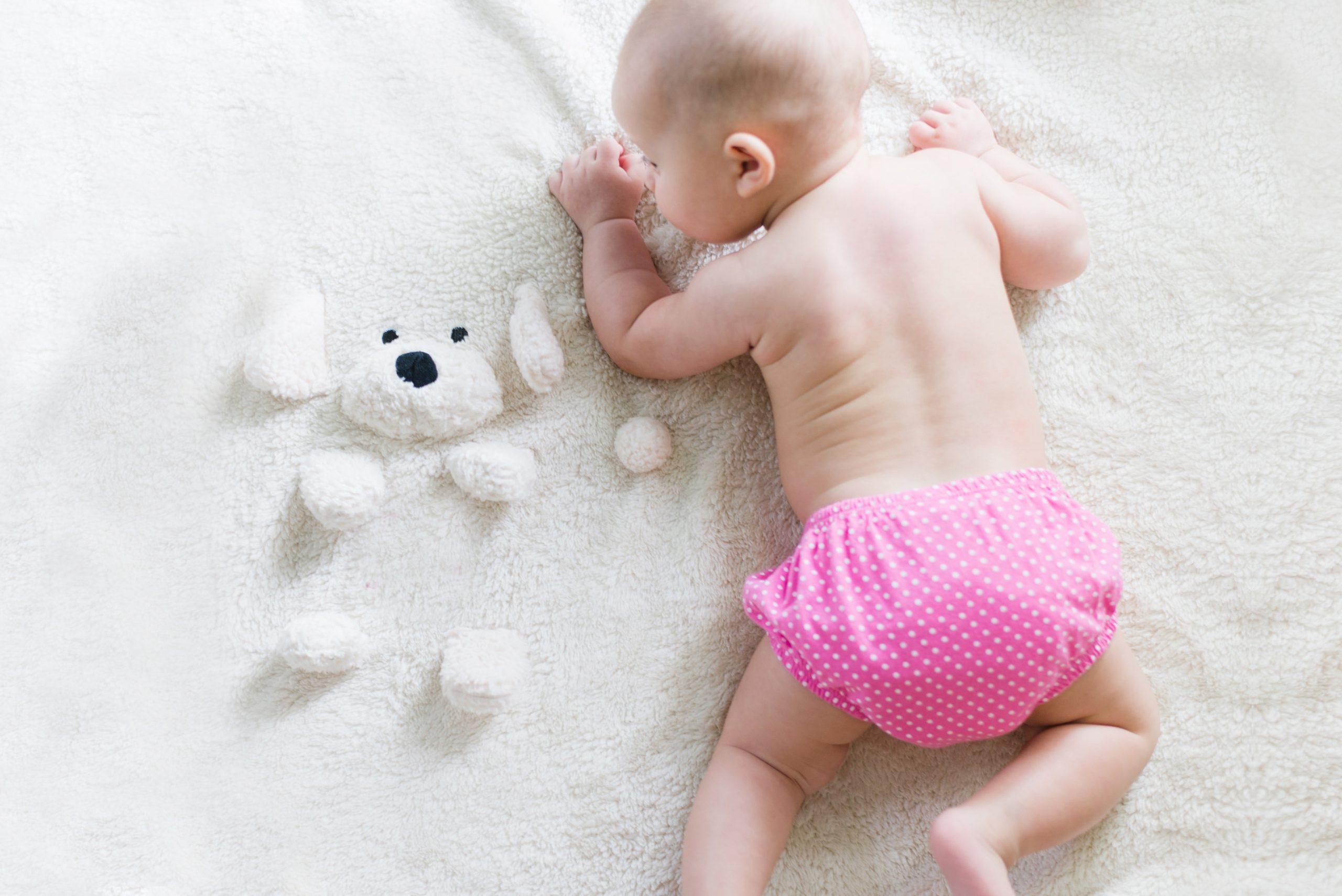 Leżenie na brzuszku jako sposób na kolkę